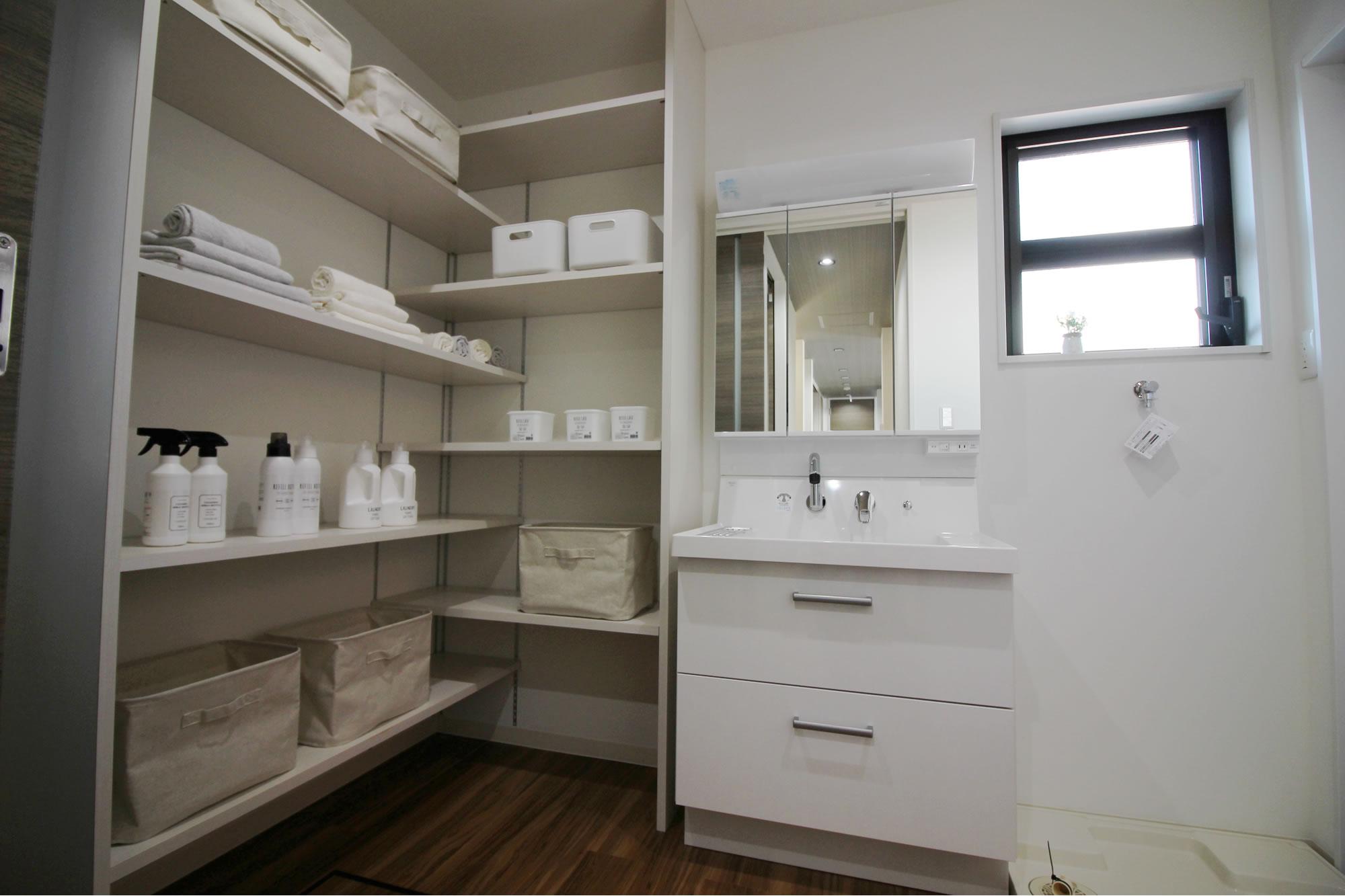 大容量収納付棚付き洗面室(1F)